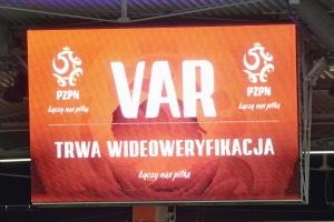 """Im Stadion sehen die Fans nur den Hinweis """"VAR"""", warum der Videoschiedsrichter eingreift, bleibt aber teilweise unklar."""