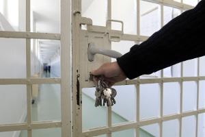 Auch langjährige Strafgefangene haben ein Recht auf Vollzugslockerung - trotz möglicher Fluchtgefahr.