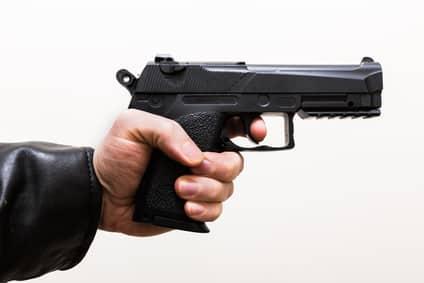 Mittels vorgehaltener Waffe zu drohen, kann eine Erpressung darstellen.
