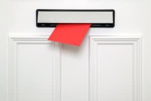 Wann findet die Wahlberechtigung üblicherweise den Weg in den Briefkasten?