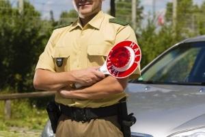 Bereits auf dem Weg zur Veranstaltung kann die Polizei das Vermummungsverbot durchsetzen.