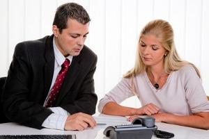 Wie beantragt man Privatinsolvenz? Auf keinen Fall allein. Lassen Sie sich dabei von einer Schuldnerberatung oder einem Anwalt helfen.