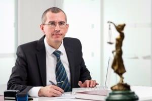 Ein Wirtschaftsjurist beschäftigt sich beispielsweise mit den rechtlichen Belangen internationaler Firmen.