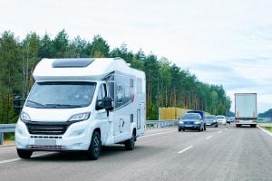 Wohnmobil: Die zulässige Geschwindigkeit auf der Autobahn hängt vom Gewicht ab.