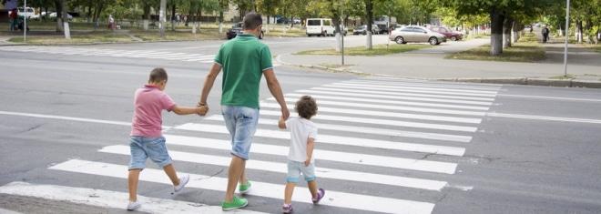 Zebrastreifen ermöglichen Fußgängern das sichere Überqueren von Straßen.