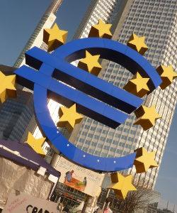 Da die Zinsen auf das Festgeld immer gleich bleiben, werden sie nicht durch den Leitzins der Europäischen Zentralbank (EZB) beeinflusst.