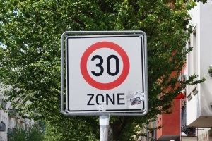 Zu schnell gefahren in der 30er-Zone? In der 30er-Zone geblitzt? Folgt jetzt ein Bußgeld?